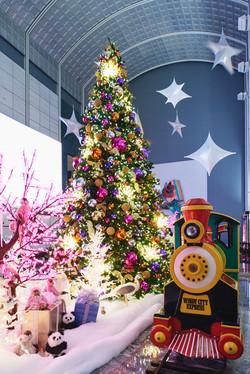 Holiday decorations: 181 W Madison