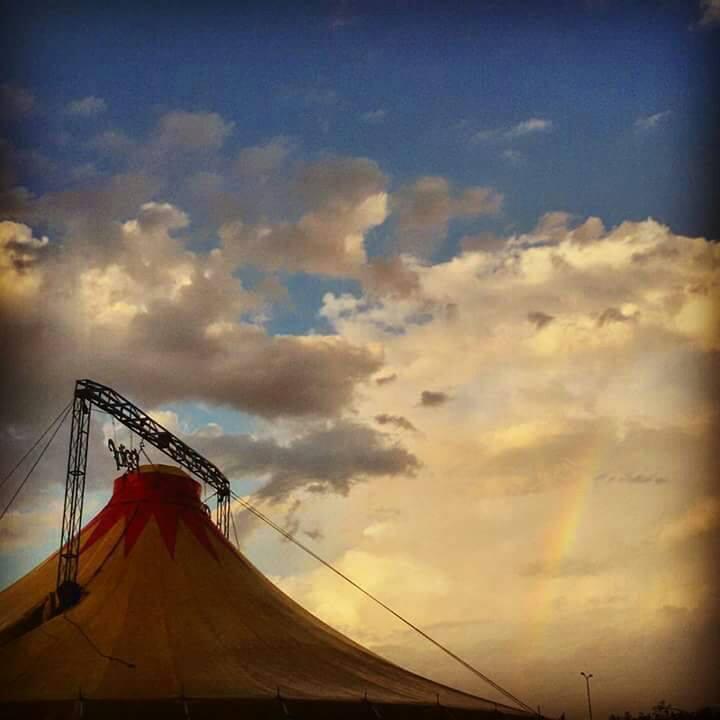 circo con fondo cielo
