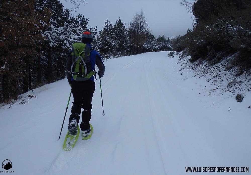 Disfrutando de las raquetas por terrenos nevados sencillos