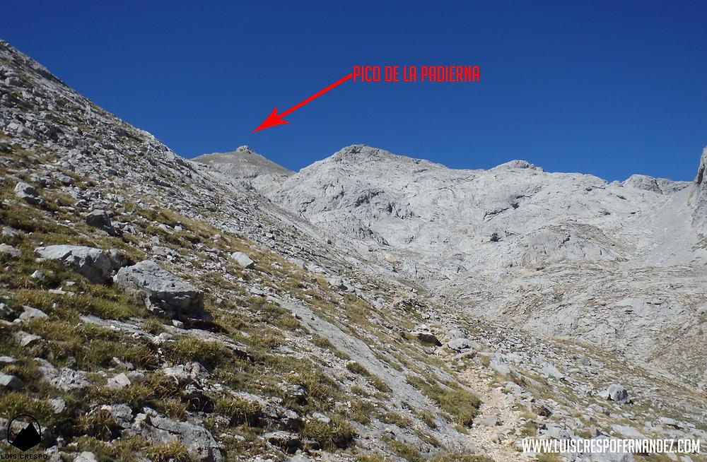 En el sendero camino de la Canal de San Luis vemos en la lejanía la cima del Pico de la Padierna