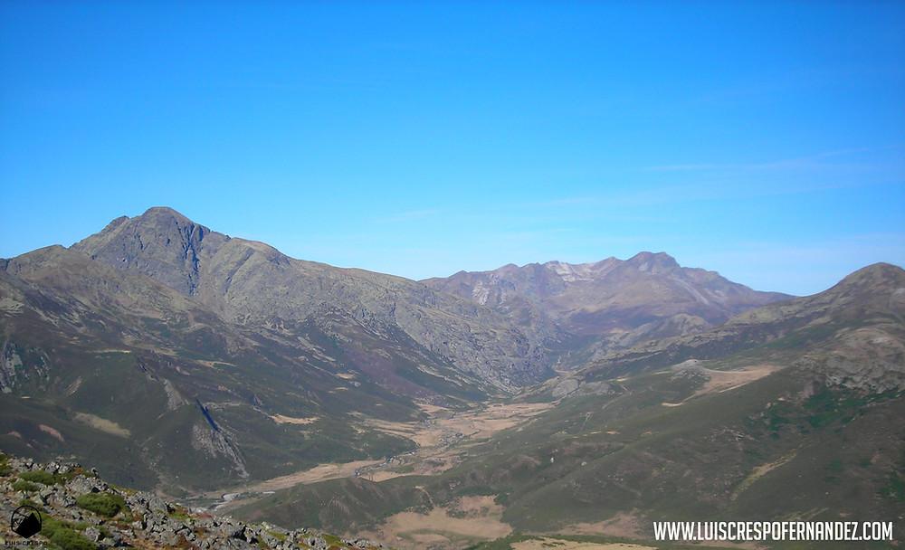 Vistas de Curavacas, valle de Pineda, Tres Provincias y Peña Prieta desde la cima de Peña Carazo.