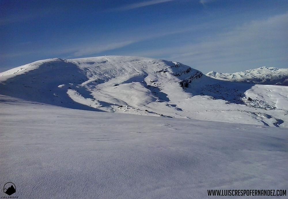 Cima del pico Valdecebollas y de las cascadas de hielo de la cara norte.
