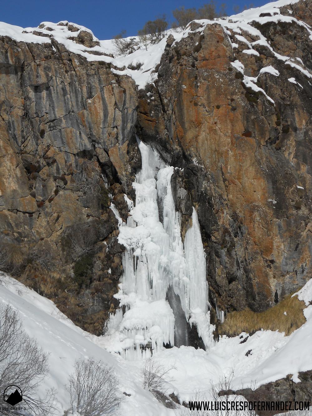 Cascada de Mazobre completamente helada.