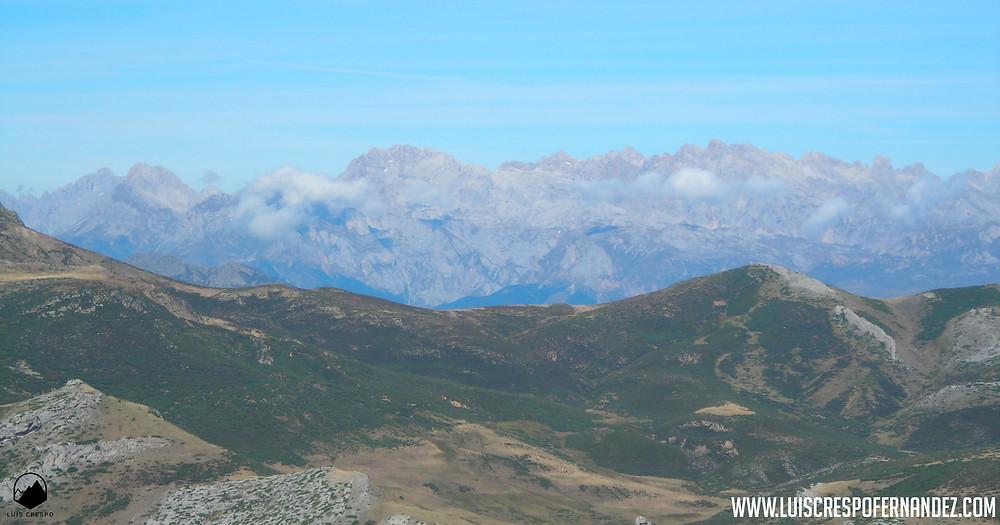 Vistas de los Picos de Europa desde la cima de Peña Carazo.