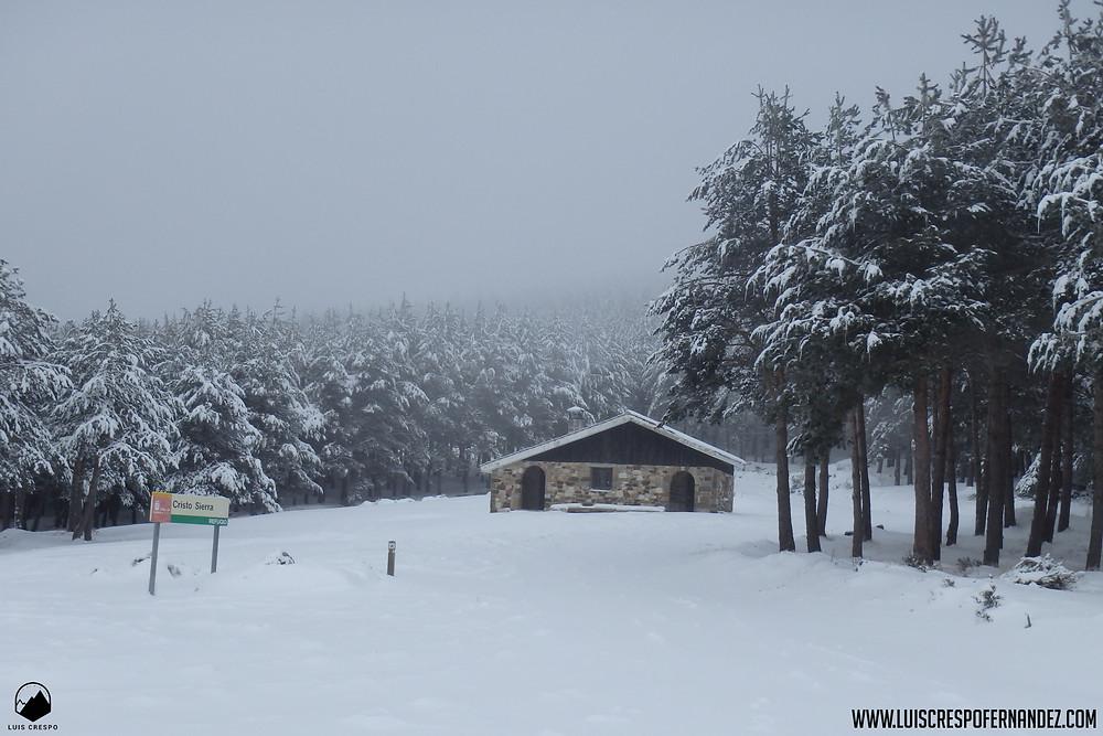 Refugio del Cristo Sierra, cubierto por la nieve, lugar en el que podremos resguardarnos o parar a reponer fuerzas.