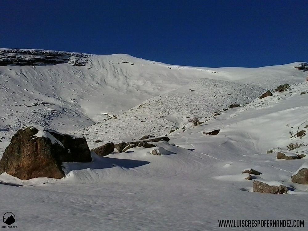 Inicio de la ascensión hacia el pico Valdecebollas desde el parking del Golobar.
