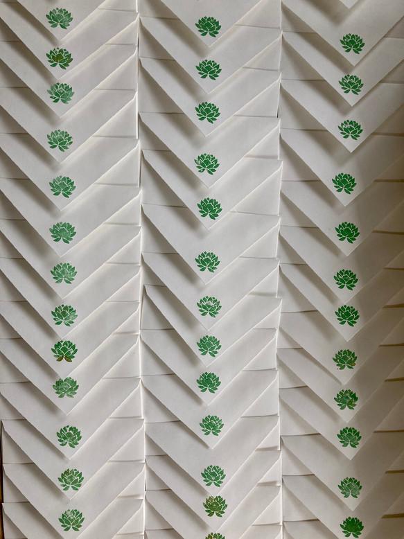 Couvert mit grüner Lotusblüte