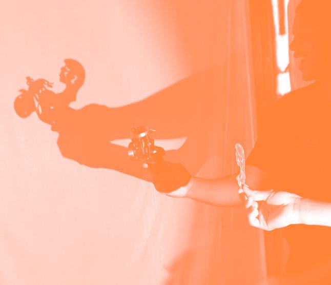 sombra do teatro de bonecos projetada no pano estendido