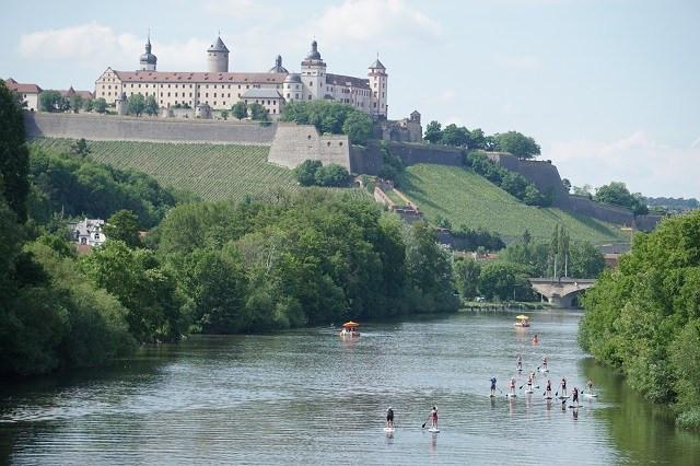 Ein Jga paddelt auf dem Main in Würzburg