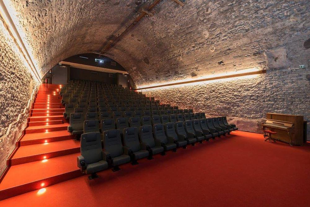 Dergroße Kinosaaal in einem alten Gewölbekeller