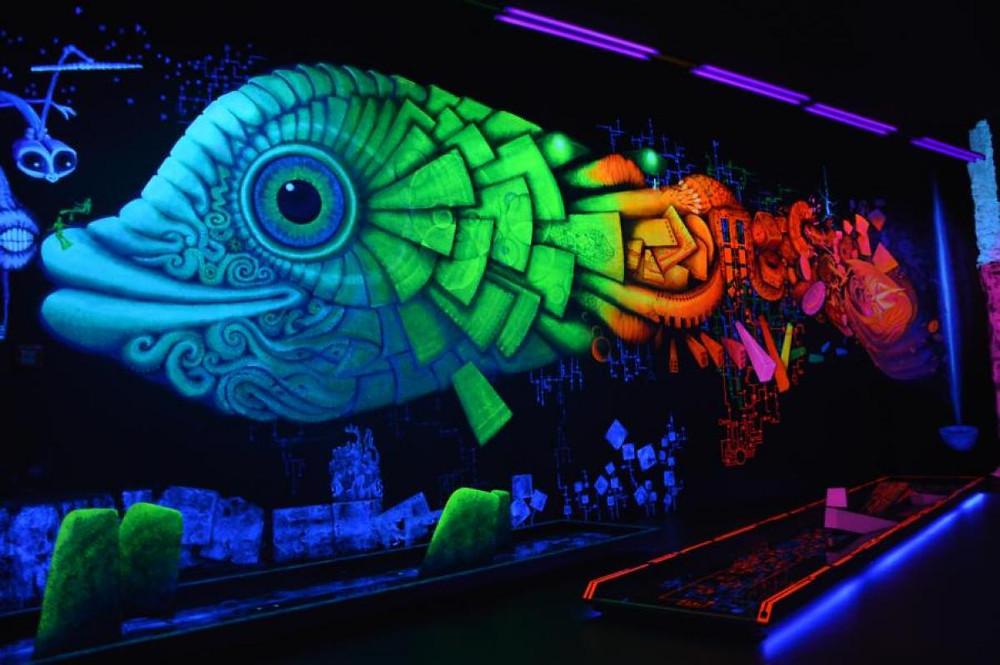 Alle Räume sind mit aufwändiger Kunst verziert und wirken durch die UV-Farbe überaus lebendig