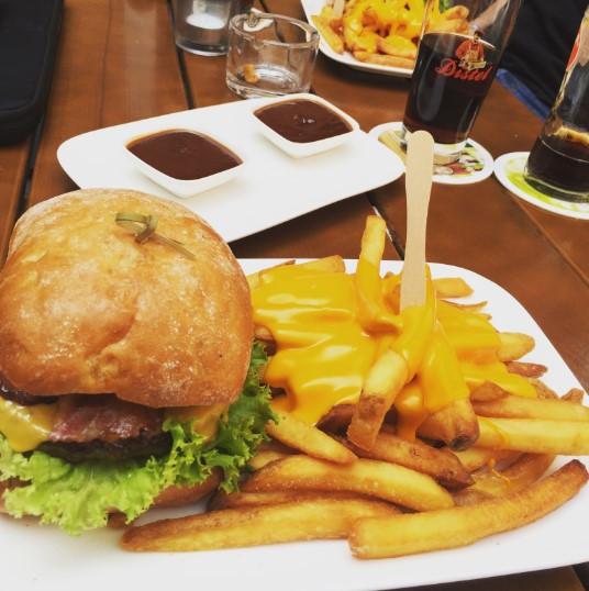 Zu jedem Burger empfehlen wir die Haus-Fritten mit Cheddar überbacken!