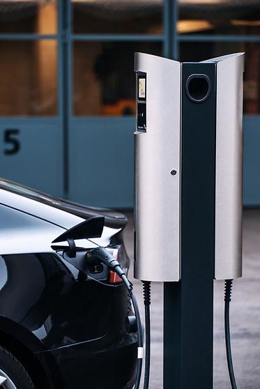 Tesla Model 3 wird vom Juice Charger 2 geladen