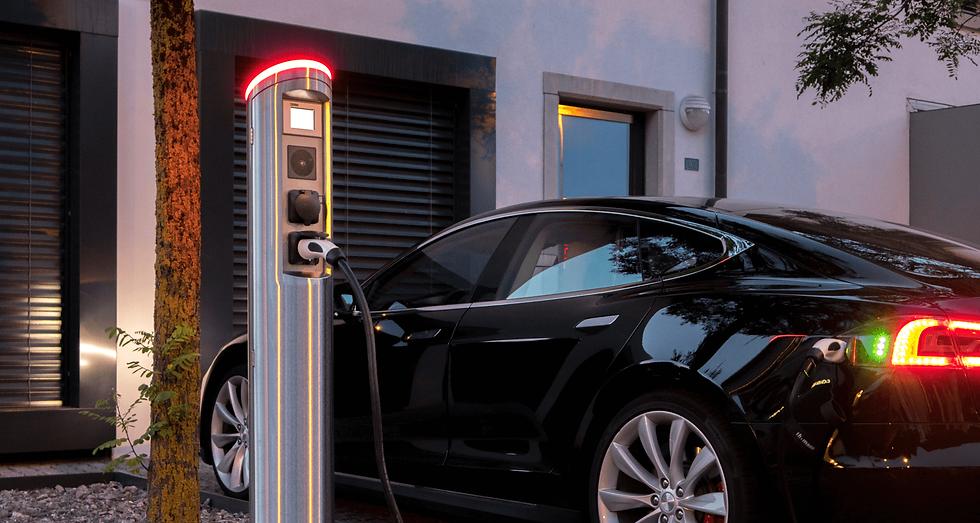 Tesla Model S wird am Juice Tower 2 geladen