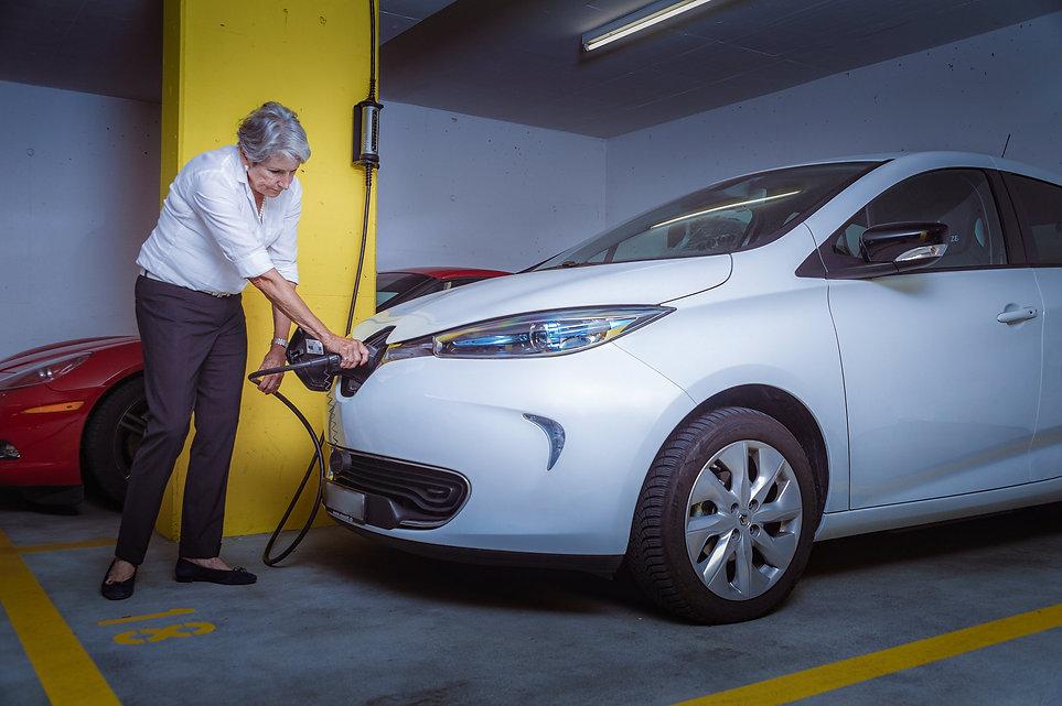 Renault ZOE mit dem Juice Booster 2 als Wandladestation in einer Garage
