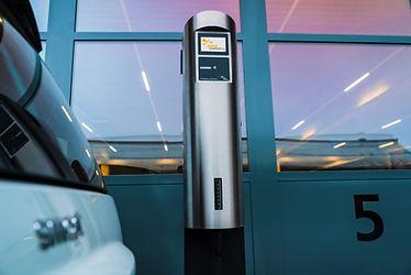Smart EQ Elektro neben dem Juice Charger 2