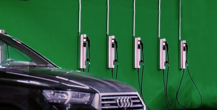Audi e-tron Elektroauto lädt am Juice Charger 2