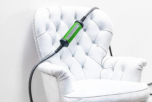 Juice Booster 2 The Snake Skin Styling auf einem weissen Stuhl