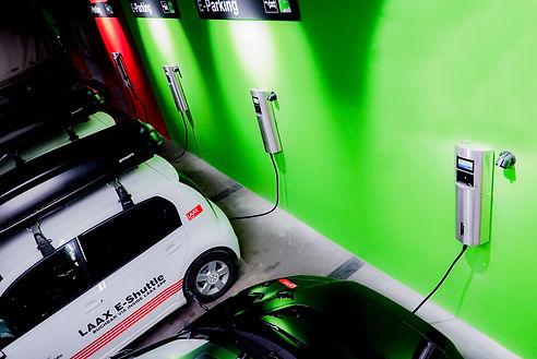 Ladende Elektroautos im rocksresort in Laax