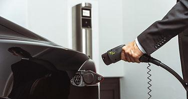 Tesla Model S wird mit dem Juice Charger 2 geladen