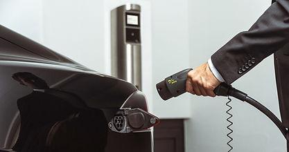 Tesla wird vom Juice Charger 2 aufgeladen