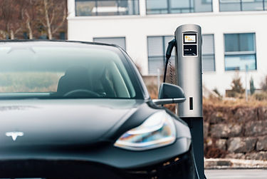 Tesla Model 3 wird am Juice Charger 2 geladen