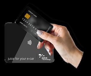 Eine Kreditkarte wird zum Bezahlen vor eine JUICE-Ladestation gehalten.