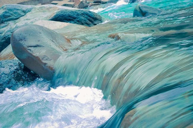 Fliessendes Bachwasser