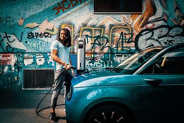 Honda e wird geladen mit dem Juice Charger 2 Elektroauto Wandladestation
