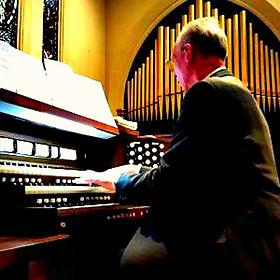 TW at the organ, Stamford, CT.jpg
