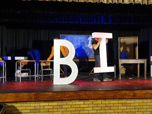 Potchefstroom Gimnasium met Lewe Tussen die Blaaie