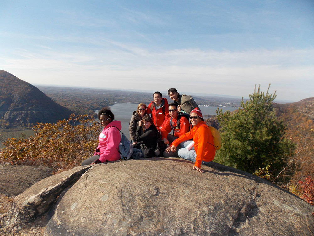 group-hiking-new-york-hudson-highlands