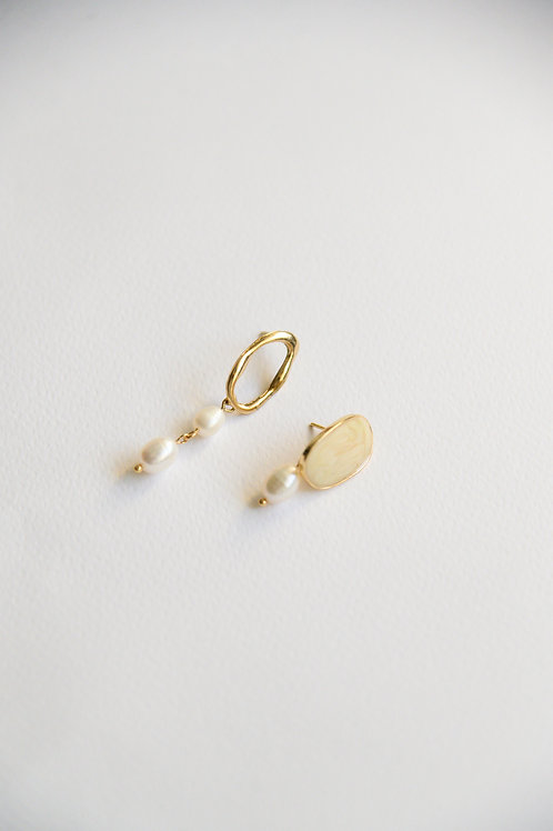 Ivorie Mismatched Earrings in creme