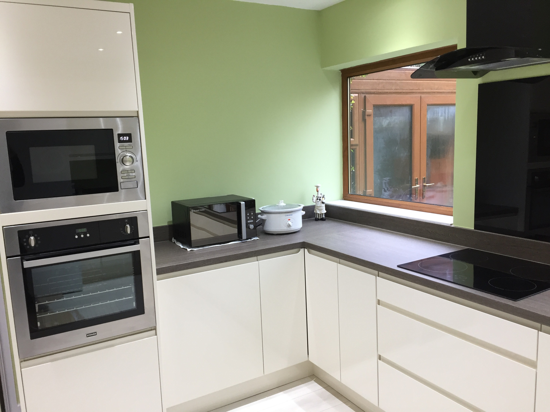 Fitted kitcen in Gloss Cream with Brocante Oak Laminate worktops