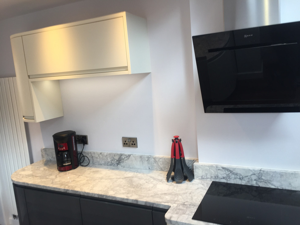 Fitted kitcehen in Matt Porcelain, Pearlescent Carbon and Pearlescent Baked Cherry. Bianco Eclypsia Granite worktops and Neff appliances.  American Walnut engineered wood flooring.