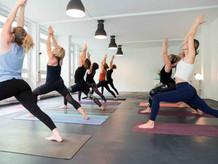 Wir bieten dynamisches Vinyasa Yoga an...