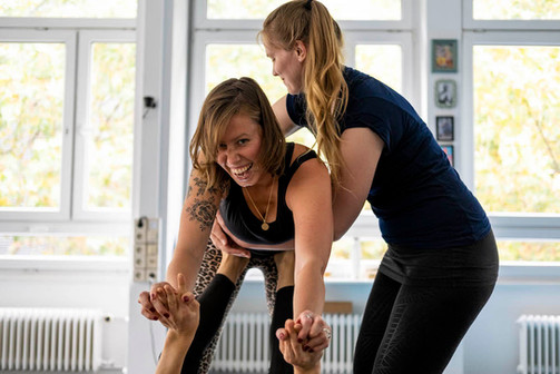 June beim Acro-Yoga Workshop
