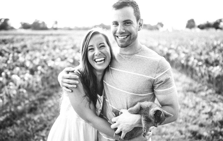Ein Paar und ihre Katze