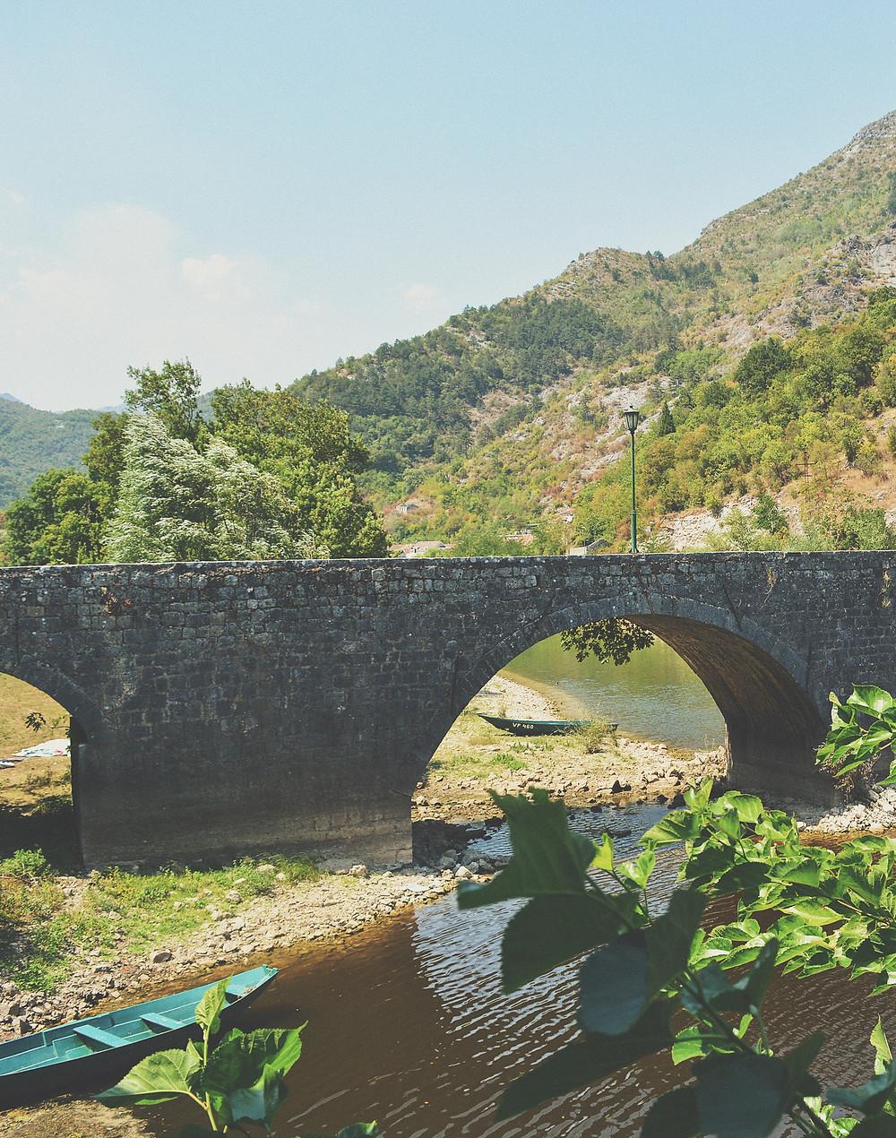 Il nowy most dal ristotante sul fiume crnojevica