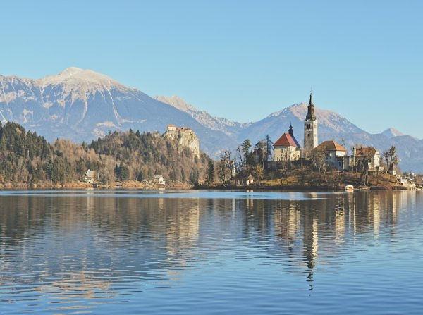 Il lago bled è una meraviglia da vedere in un viaggio on the road in Slovenia