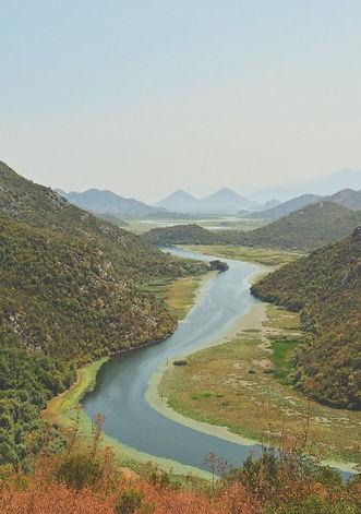 Una barca naviga il fiume crnojevica nel canyon