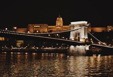 Budapest di notte illuminata vista sul ponte e parlamento