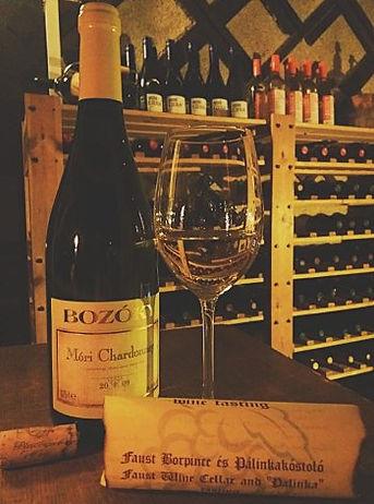 Una bottiglia di chardonnay stappata da Faust wine cellar