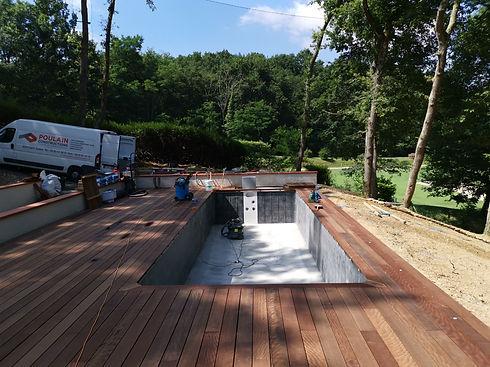 Aménagement extérieur avec équipements pour la piscine, pose de bâches, de terrasse, de clôtures. Entretien des espaces verts.