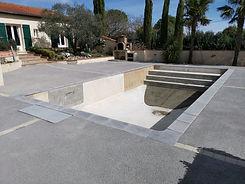 Faire construire une piscine en béton armé. Terrassement et étanchéité du bassin.
