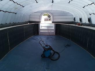 Travail sur un chantier avec bâche de protection. Robot de piscine.