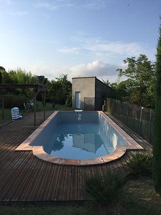 Terrasse en bois, remplacement des margelles, mise en eau des bassins.