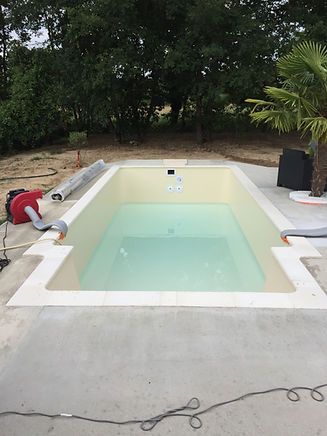 Mise en eau dans une petite piscine, finitions.