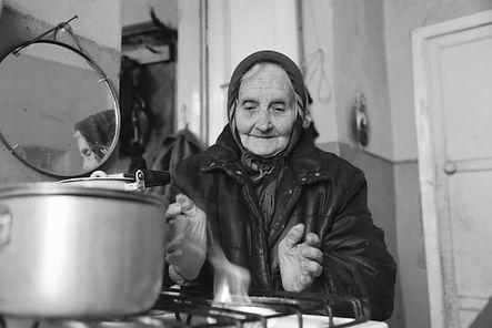 Sofia Wojtsychiwska wärmt ihre Hände