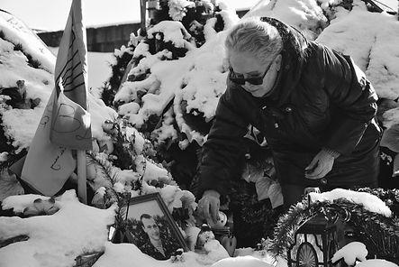 nahorna Natalya Wadymiwna am Grab ihres Sohnes